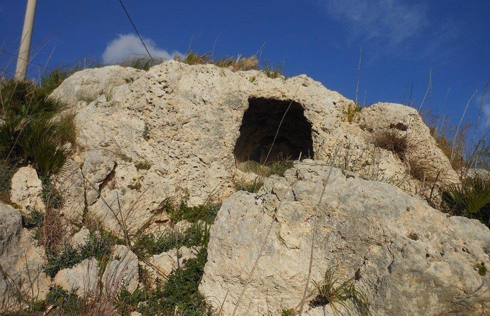 Foto di alcune tombe pristoriche presso il sito di Muculufa