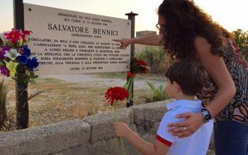 Foto con la targa commemorativa a Salvatore Bennici, ucciso dalla mafia